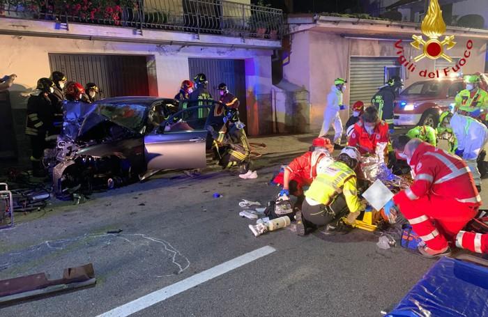 I soccorritori impegnati a rianimare i feriti