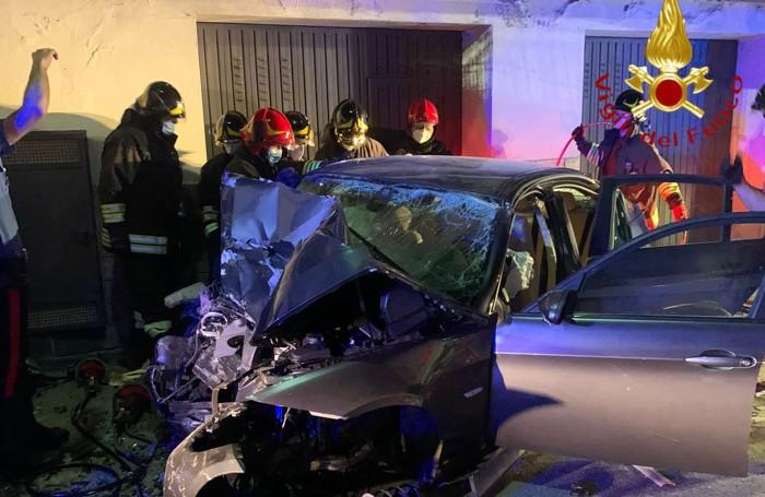 I vigili del fuoco impegnati a estrarre i feriti dall'auto