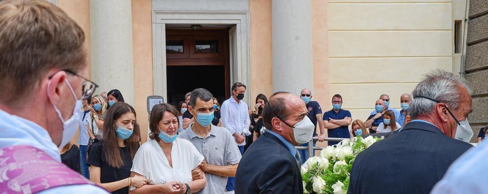 Tragico incidente nautico in Tremezzina  L'ultima carezza della mamma a Luca