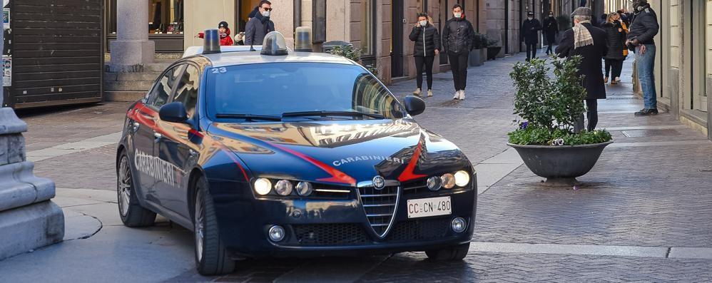 Calci e pugni per rubargli ottanta euro  I carabinieri arrestano due minorenni