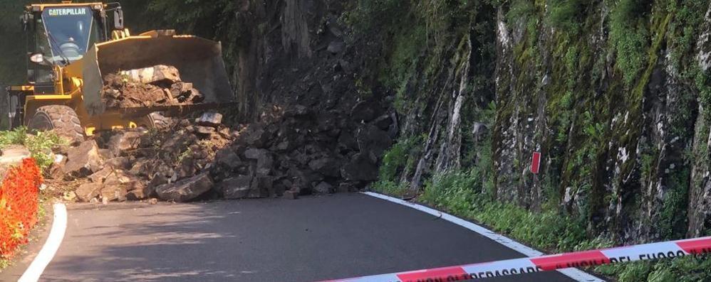 Claino, frana sulla provinciale  A Menaggio da Lugano o Lecco