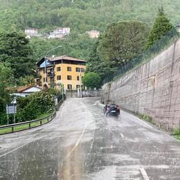 Ponte Lambro, masso sulla strada  Paura per giovane e auto fuori uso