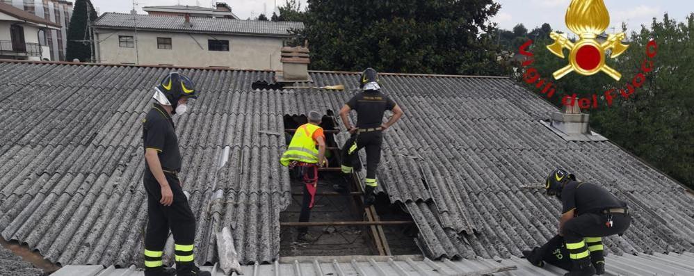 Carugo, sale sul capannone Ma cede il tetto: morto
