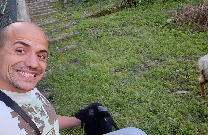 Fabio Bellini  con uno dei suoi animali prima del disastro