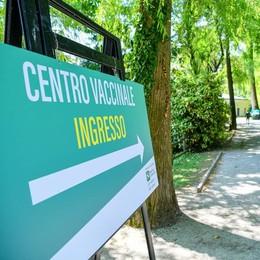 Chiude per il maltempo  l'hub vaccinale a Villa Erba  Ecco come riprenotarsi