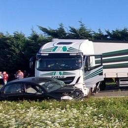 Incidente tra auto e camion  Tre i feriti a Cermenate