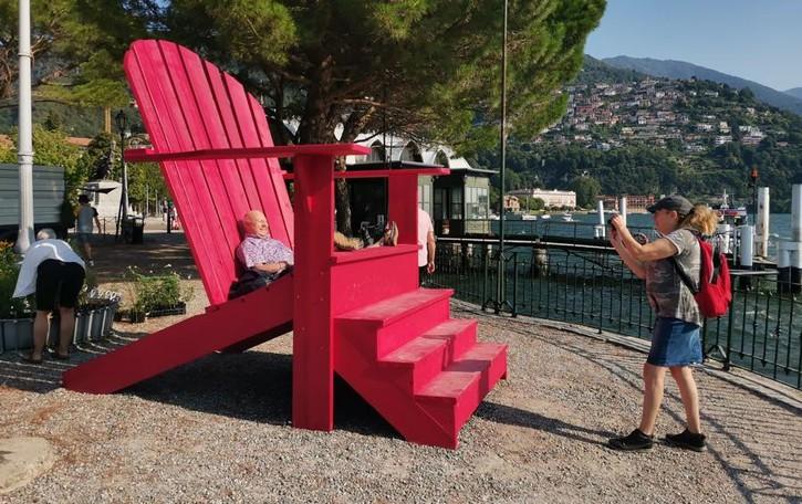 Erba, la maxi sedia acchiappa turisti  «Mettiamola anche al Licinium»