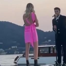 Cernobbio, Fedez canta sul lago  E sorprende Chiara Ferragni