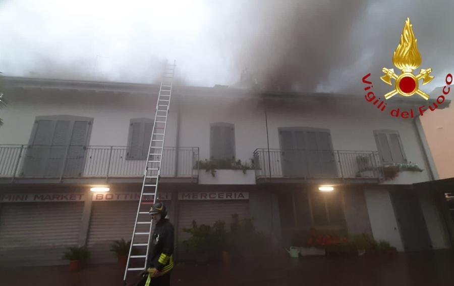 Incendio di un tetto per un fulmine  Vigili del fuoco a Valmorea