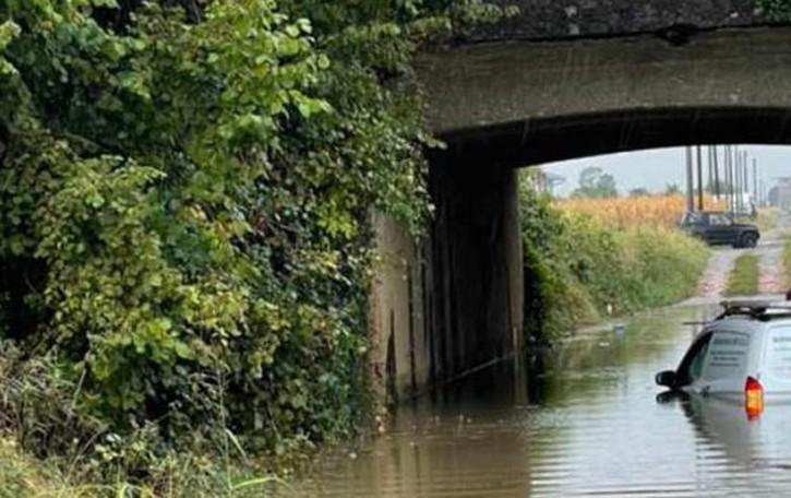 Auto bloccata nell'acqua  Il conducente si salva