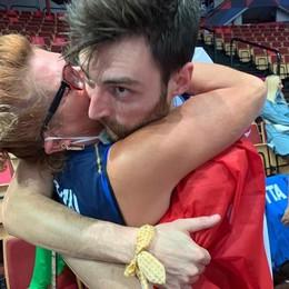L'abbraccio del campione europeo  Anznani: «Grazie ai miei genitori»